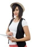 Menina moreno nova com a tabuleta isolada no fundo branco Imagem de Stock Royalty Free