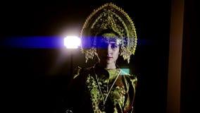A menina mostra fora seus equipamentos dentro na luz Está vestindo um vestido agradável e um chapéu vídeos de arquivo