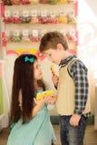 A menina mostra a menino como usar a tabuleta fotos de stock royalty free