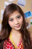 A menina mostra seu vestido vermelho Imagem de Stock