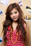 A menina mostra seu vestido vermelho Imagens de Stock