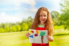 A menina mostra sua pintura Fotos de Stock Royalty Free