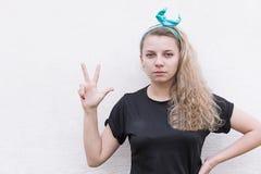 A menina mostra três dedos acima fotos de stock