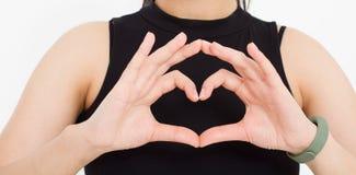 A menina mostra um close-up coração-dado forma do gesto Tema do amor Vista superior Zombaria acima Copie o espaço molde blank foto de stock royalty free