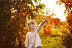 A menina mostra um dedo acima Imagem de Stock Royalty Free