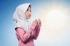 Menina muçulmana asiática pequena que reza ao deus Imagem de Stock