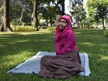 Menina muçulmana bonita no parque Imagens de Stock Royalty Free