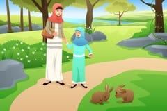 Menina muçulmana e sua mãe que andam em um parque Fotografia de Stock Royalty Free
