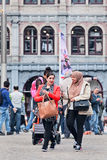 Menina muçulmana exótica no quadrado da represa, Amsterdão, Países Baixos Foto de Stock Royalty Free