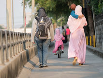 menina muçulmana feliz com hijab completo no vestido cor-de-rosa Fotos de Stock Royalty Free