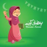 Menina muçulmana feliz que guarda o livro do Corão Imagem de Stock Royalty Free