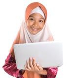 Menina muçulmana nova com portátil III fotografia de stock