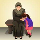 Menina muçulmana que beija sua mão da mãe Foto de Stock Royalty Free