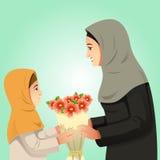 Menina muçulmana que dá flores a sua mãe Fotos de Stock Royalty Free
