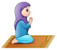 Menina muçulmana que senta-se no tapete de oração ao rezar Foto de Stock Royalty Free