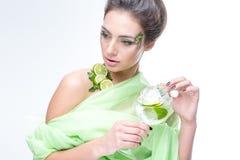 menina muito bonita com um cocktail no fundo Fotos de Stock Royalty Free