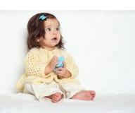 A menina muito surpreendida da criança pequena senta-se na toalha branca Emoção e expressão da cara Fotos de Stock Royalty Free