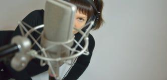 A menina, mulher em um estúdio de gravação compõe uma música Imagem de Stock Royalty Free