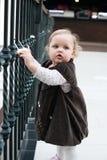 A menina não identificada no amor trava a ponte em Paris Fotos de Stock Royalty Free