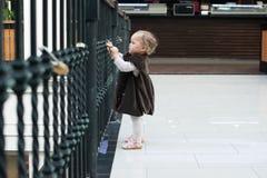 A menina não identificada no amor trava a ponte em Paris Imagem de Stock