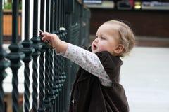 A menina não identificada no amor trava a ponte em Paris Fotografia de Stock