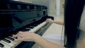 Menina não reconhecida que joga o piano steadicam Close-up 4K video estoque