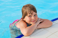 A menina na água azul Fotos de Stock