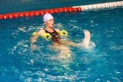 Menina na água com dumbbels Imagens de Stock Royalty Free