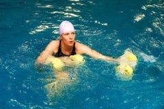 Menina na água com dumbbels Foto de Stock