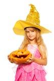 Menina na abóbora de Dia das Bruxas da posse do vestido da princesa Fotografia de Stock Royalty Free