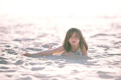 Menina na areia Fotos de Stock Royalty Free