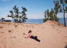 Menina na areia da ilha de Olkhon Imagem de Stock Royalty Free