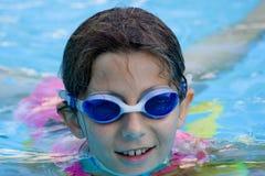 Menina na associação com óculos de proteção Fotografia de Stock