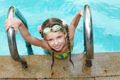 Menina na associação das folhas dos óculos de proteção do esporte. Fotos de Stock Royalty Free