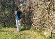 Menina na atividade Birdwatching no couro cru da natureza Foto de Stock Royalty Free
