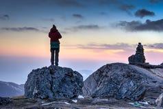 Menina na aventura trekking de Nepal Foto de Stock Royalty Free