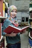 Menina na biblioteca Imagens de Stock