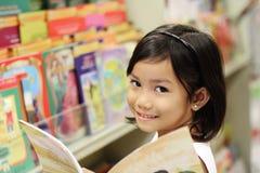 Menina na biblioteca Fotografia de Stock