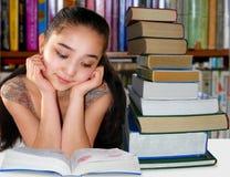 Menina na biblioteca Imagens de Stock Royalty Free