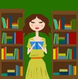 Menina na biblioteca ou na livraria que lê um livro Imagem de Stock