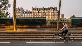 Menina na bicicleta nas ruas do disrict do ` s 5o de Paris ao longo do Seine River Primeiros dias do verão na cidade foto de stock