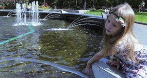 Menina na borda da fonte vídeos de arquivo