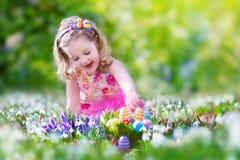 Menina na caça do ovo imagens de stock royalty free