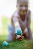 Menina na caça dos ovos da páscoa imagens de stock royalty free