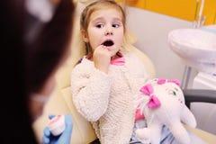Menina na cadeira dental foto de stock