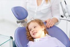 Menina na cadeira do dentista fotografia de stock