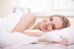 Menina na cama imagem de stock
