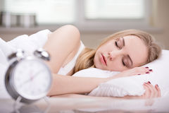 Menina na cama foto de stock royalty free
