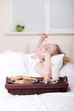 Menina na cama fotografia de stock