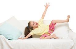 Menina na cama foto de stock